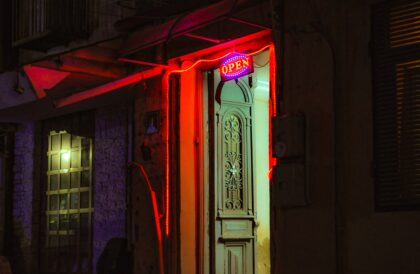 geöffnete Tür in Neonlicht