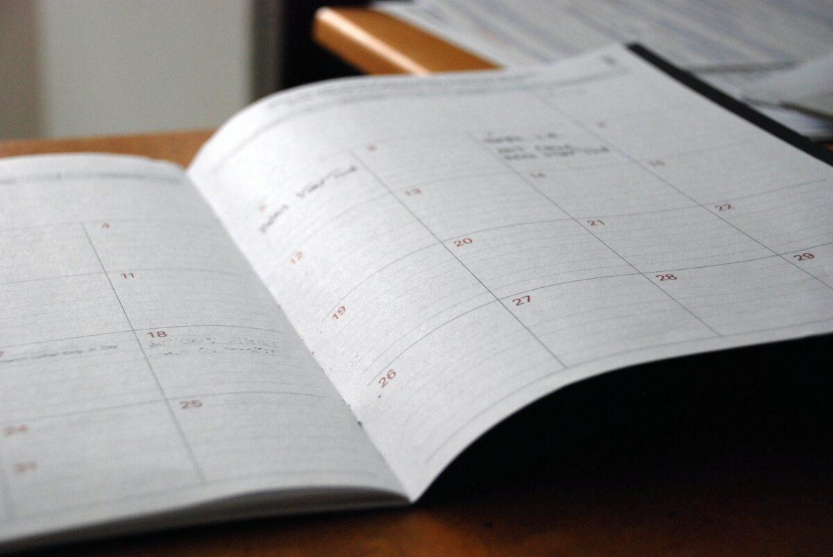 Foto eines aufgeschlagenen Kalenders